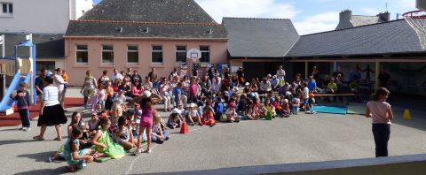 La fête de fin d'été à l'ALSH a attiré de nombreux parents venus apprécier le spectacle sur les îles.
