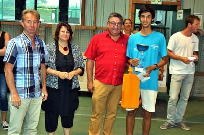 Alain Bauge, de la Ligue Régionale de Tennis, Nathalie Tanneau, conseillère départementale, Raynald Tanter, maire de Penmarc'h, félicitent Nicolas de Marco, vainqueur du tournoi.