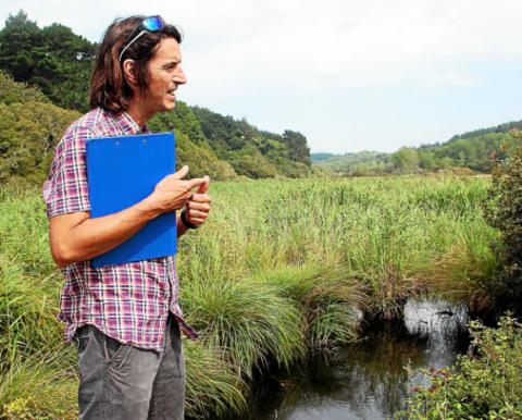 Samuel Guichard, technicien du SAGE, prospectera l'ensemble du ruisseau de Penmarc'h.