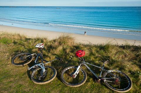 France, Finistère (29), Cleder, couple à vélo le long du littoral de Bretagne